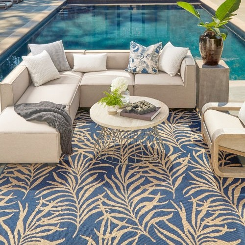 Sitting arrangement near swimming pool | Floors by Roberts